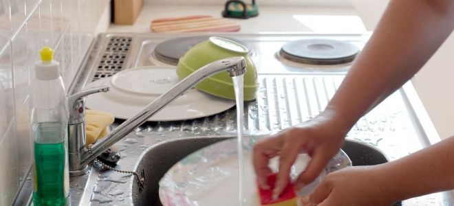 Можно ли мыть посуду в гостях