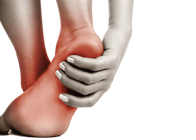 Почему чешется левая стопа ноги посередине
