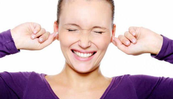 почему чешется правое ухо