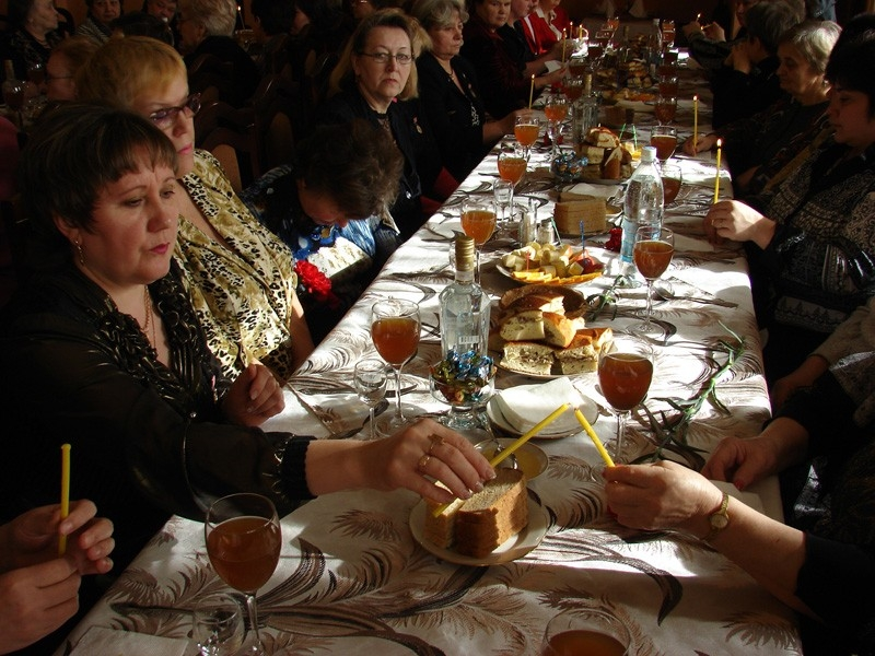 Почему едят ложками на похоронах