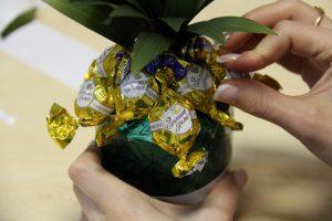 можно ли поминать конфетами